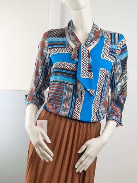 Нарядная блузка ярко-синяя с рисунком и воротником бантом 126905