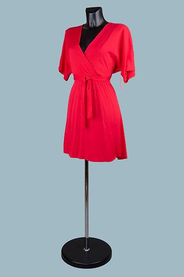 Короткое летнее красноеплатье с вырезом- запах. Италия. 100% вискоза. Размер: 42-48