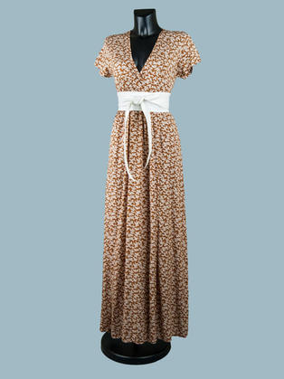Коричневое длинное летнее платье с запахом