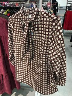 """Нарядная блузка бордовая с узором """"круги"""" c воротником бантом 126903  Рукав ¾  Натуральная, не мнущаяся шелковистая ткань, очень приятная на ощупь.  Блузка прекрасно подойдет как для торжественных мероприятий, так и для повседневной носки. Она хорошо сочетается с брюками и юбками. Благодаря идеальному крою и посадке, блузка выгодно подчеркивает достоинства фигуры и скрывает возможные недостатки.  Размеры EUR (RUS): 36 (42-44), 38 (44-46), 40 (46-48), 42 (48-50), 44 (50-52), 46 (52-54)   Состав: 95% хлопок, 5% лайкра  Производство: Польша  Нарядная блузка бордовая с узором """"круги"""" c воротником бантом 126903"""