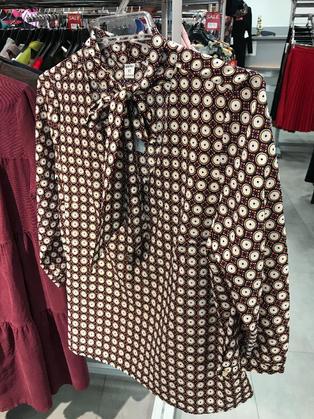 """Нарядная блузка бордовая с узором """"круги"""" c воротником бантом 126903"""