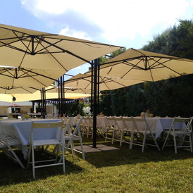 ομπρέλες σκίασης σε κήπο κατοικίας