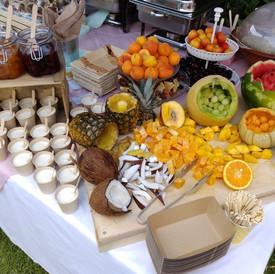 φρούτα και γιαούρτι με χειροποιητα γλυκά