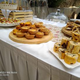 buffet σε εγκαίνια με αλμυρά και γλυκά