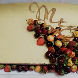 τουρτα γαμου στολισμένη με φρέσκα φρούτα