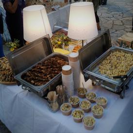 bouffet σε προαυλιο εκκλησίας με tortelini σε ποτηράκι