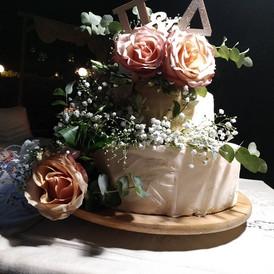 τούρτα γάμου στολισμένη με φρέσκα λουλούδια