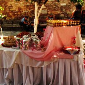 buffet finger food σε προαυλιο εκκλησίας