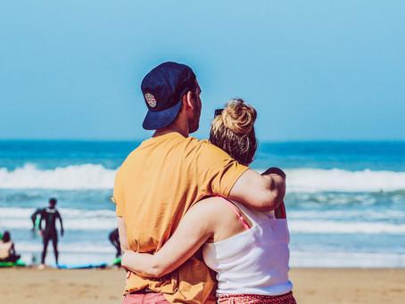 Paare, die zusammen surfen - bleiben zusammen
