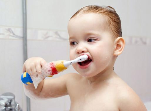 Как чистить зубы ребенку до года, в год и старше: советы