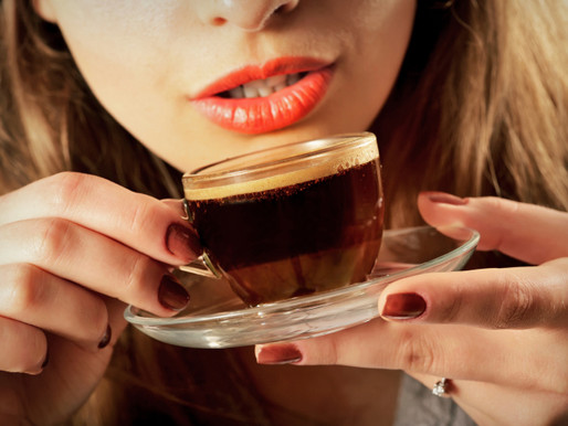 Почему желтеют и темнеют зубы от кофе?