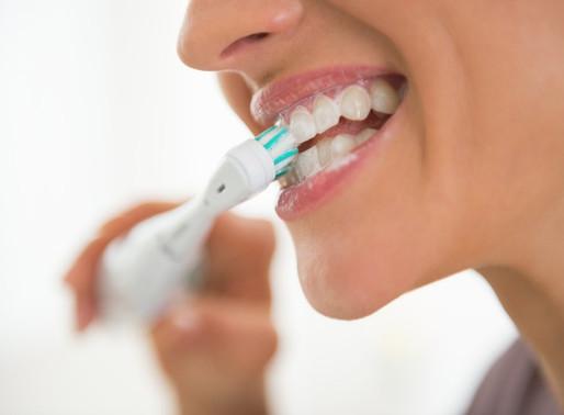 Когда утром чистить зубы взрослым: до или после завтрака, еды?