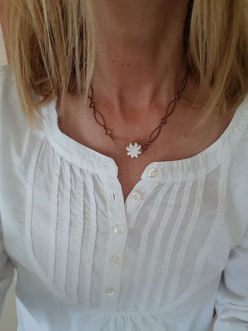 Chain bianca corta con margherita piccola