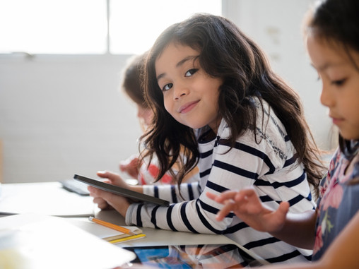 Rentrée scolaire : la réflexologie pour prévenir et soulager le mal de dos des enfants