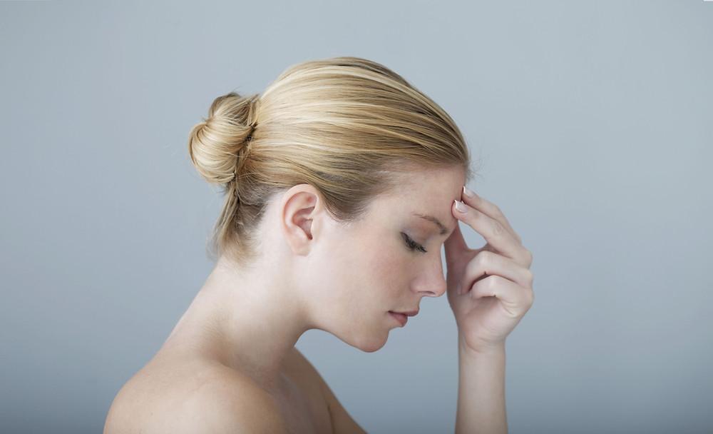 Jeune femme souffrant d'une migraine chronique