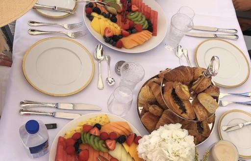 Kylie Jenner süperyatta meyve ve hamur işleri kahvaltısı alır