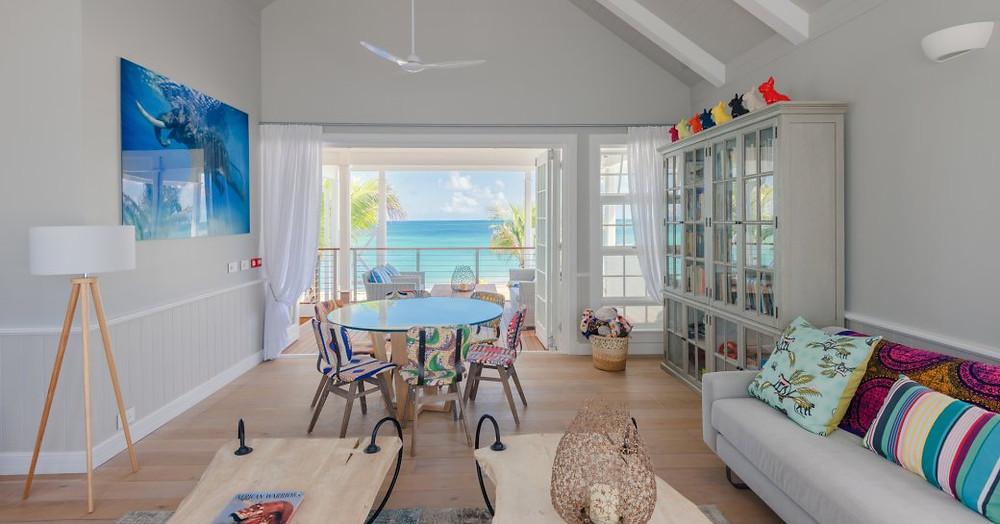 deniz ve ön planda kanepe bakan balkonlu thanda adası villalarda eğlence odası