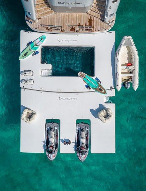 havuz ve su oyuncakları ile lüks charter yat kıç güverte