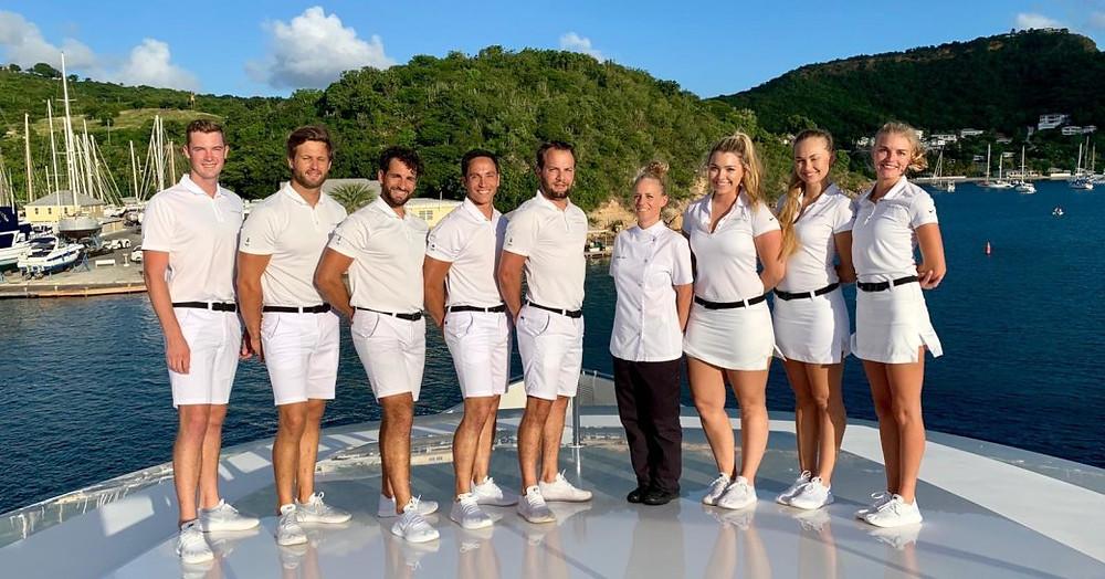 beyaz unifrom'da lüks bir yatın hazır ve yetenekli ekibi