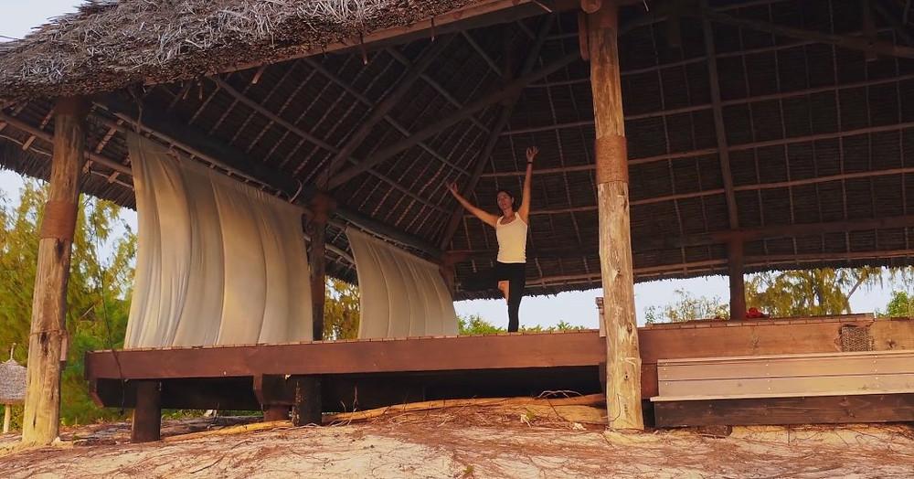 kadın thanda Adası'nda sahnede yoga uygulamaları