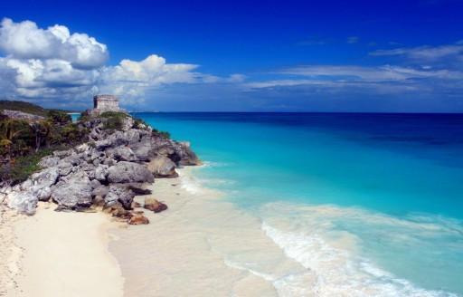 Beyaz kum plaj, masmavi okyanus ve cliff Maya kalıntıları ile Meksika sahil