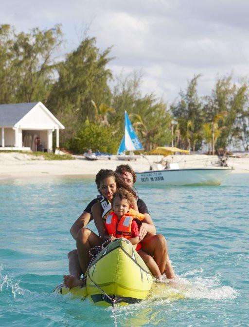 thanda Adası şişme muz ile oynarken aile