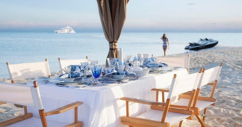 onu ihale sürme sonra yavaş yavaş sahilde bir yemek masası için yürüyen kadın