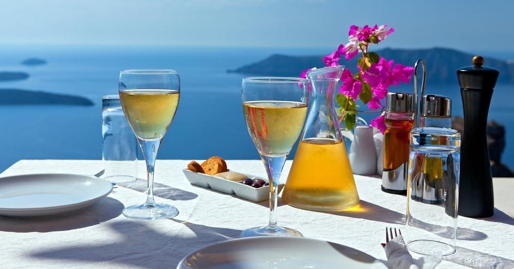 Mykonos, Yunanistan uçurum tarafı restoranda iki kişilik masayı