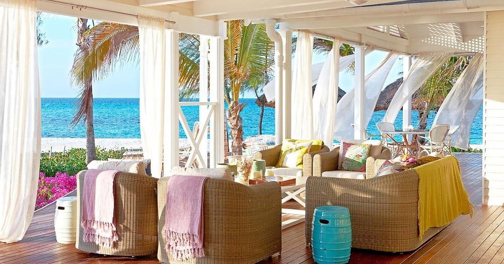 thanda adasında villaların dışındaki terasta açık havada oturma ve yemek alanı
