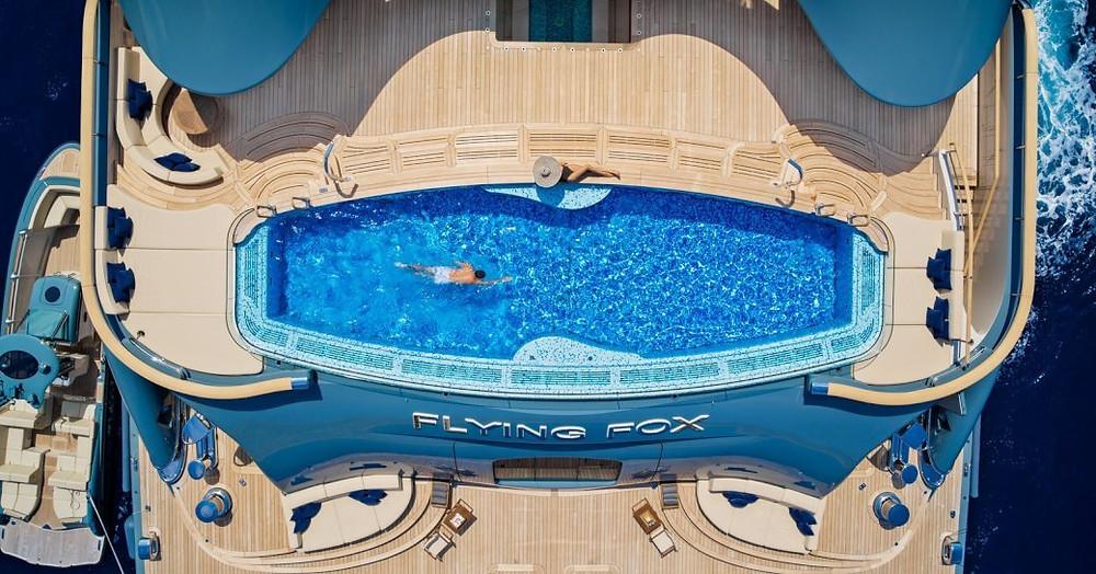 Yüzme Havuzu üzerinde superyacht uçan tilki