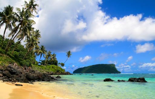 Kumlu ve mavi deniz ile Güney Pasifik Adaları