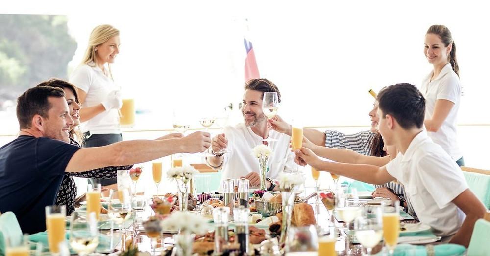 Akdeniz'de lüks yat kiralama tatillerinde mimozaların tadını çıkartan bir grup arkadaş