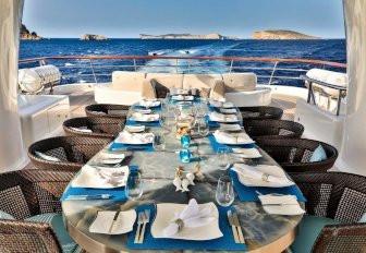 charter yat DENIKI sundeck üzerinde açık havada yemek kurulum