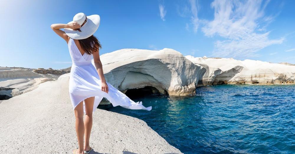 Deniz ve Milos Adası bakan kadın Sarakiniko sahilde duruyor