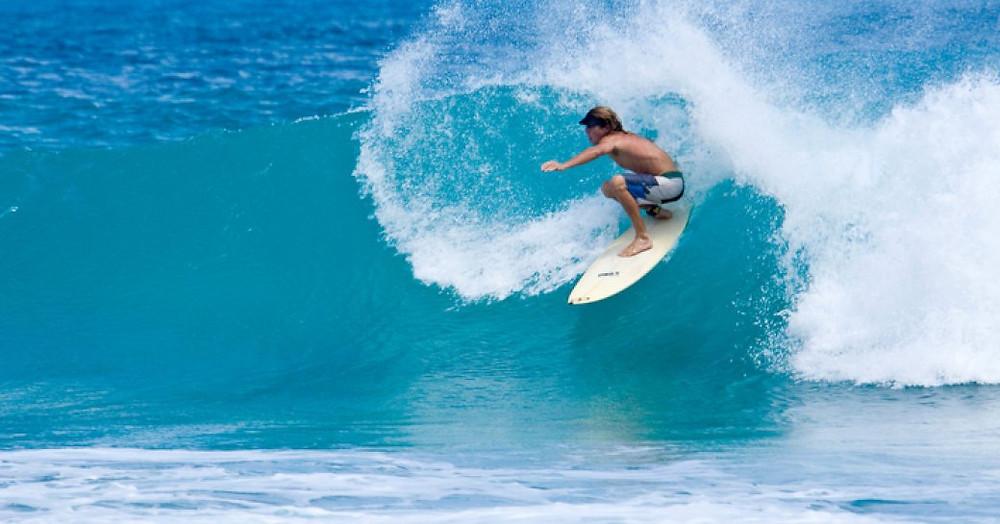 Apple Bay Plajı'nda sörf