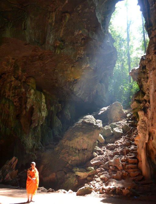 Thung Salaeng Luang Milli Parkı'nda doğal oluşumda bir keşiş bulundu