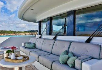 süper yat DENIKI gemide masa ile foredeck oturma alanı