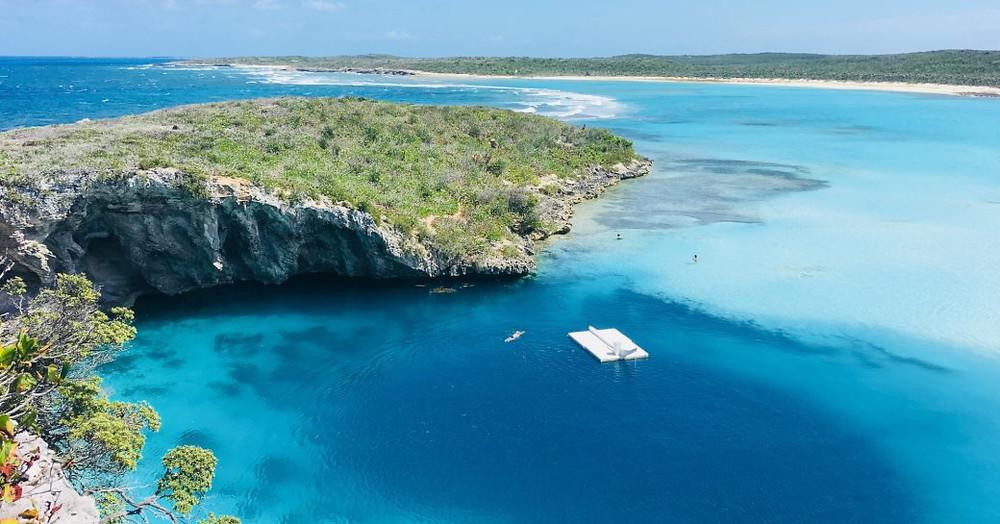 Yukarıdaki mavi delik, arka planda kumlu plajları
