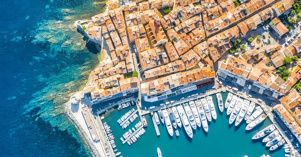 Amalfi kıyılarında, lüks yat kiralamalarında Akdeniz'in tadını çıkarmak için birçok süperyatın bulunduğu bir liman