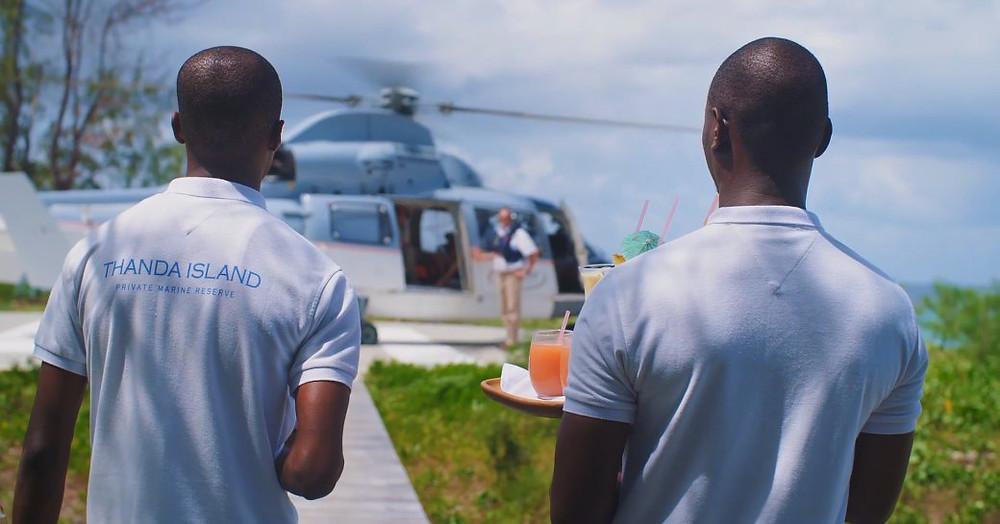 personel thanda adasında helikopterle gelen konuklara kokteyl vermeyi bekliyor