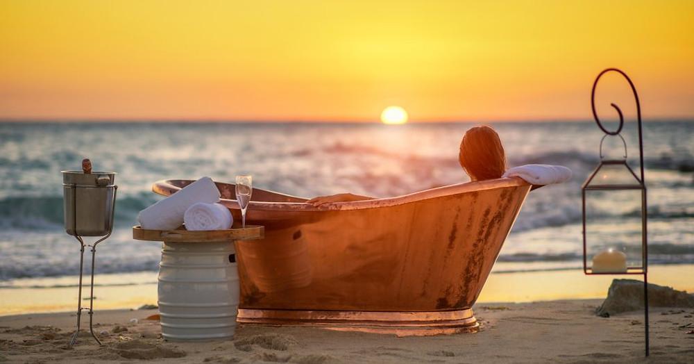 thanda adasında fenerler çevrili sahilde bakır banyo kadın rahatlatır