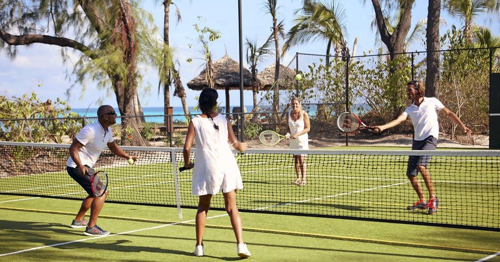 insanlar thanda adasında spor sahasında tenis oynamak