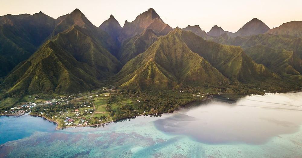 Meriti resif Mighty Mount Aorai ile Tahiti, Fransız Polinezyası arka zemin havadan görünümü
