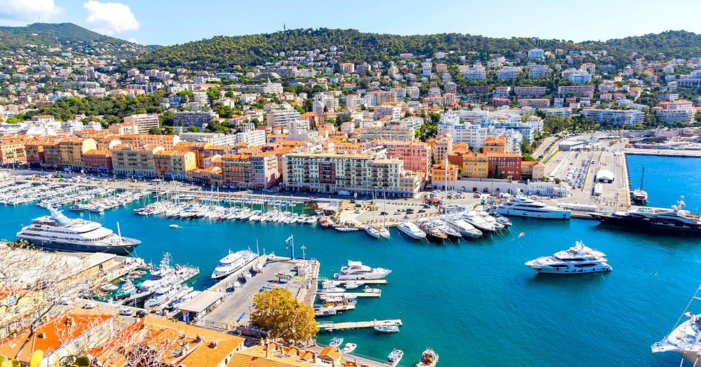 Akdeniz'de lüks yat kiralama maceralarına gelen birçok süperyatın bulunduğu Nice'de yoğun bir marina