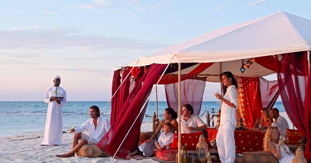 thanda Adası sahilde çadırda yemek insanlar