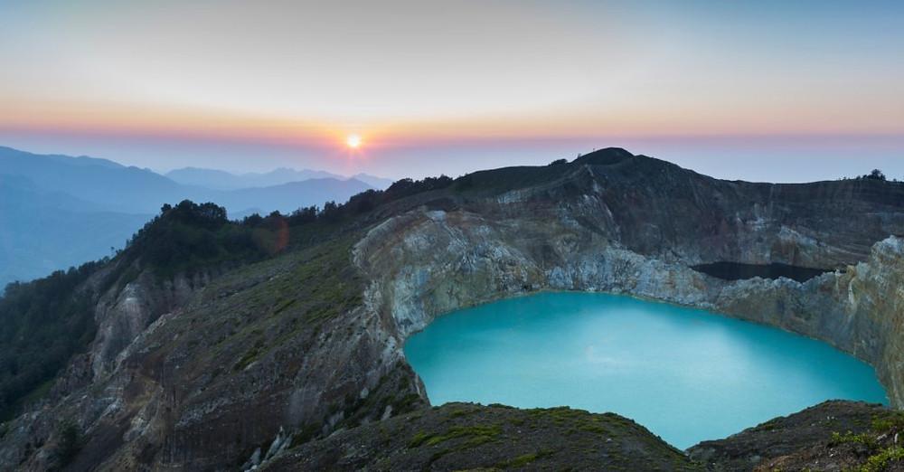 Güneş batarken Kelimutu Dağı'nın krater gölü