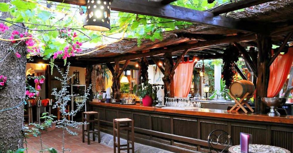 Na Ribes, Ibiza'daki Santa Eulalia şirketinde bar