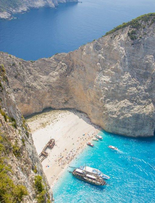 Akdeniz'de yaz 2020 charter sezonunda bir luury superyachts filosu mucizeler kıyıları dışında bir Yunan plaj ziyaret