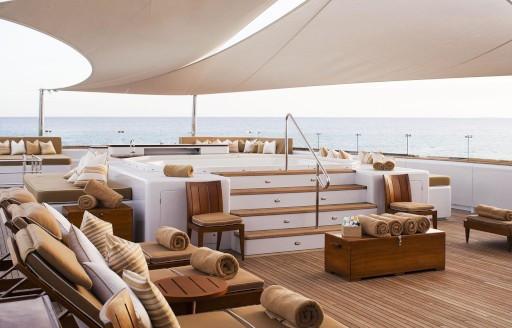 Superyacht Suri güneşlenme terası, jakuzili ve şezlonglu
