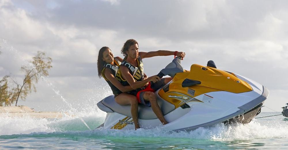 thanda adası etrafında suda jet-skis sürme insanlar
